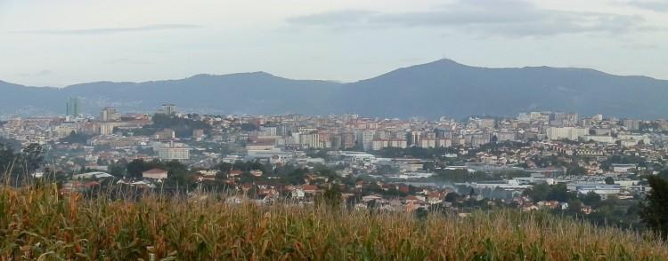 Vigo desde Bembrive con los montes del Morrazo al fondo